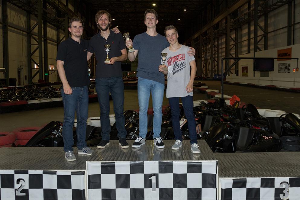 Dominic Krause (Mitte) sicherte sich den ersten Platz. Position zwei ging an David Giesemann (2. von links) gefolgt von Florian Suppe (rechts). Teamchef Markus Findeisen (links) schaffte es nur auf Rang vier.